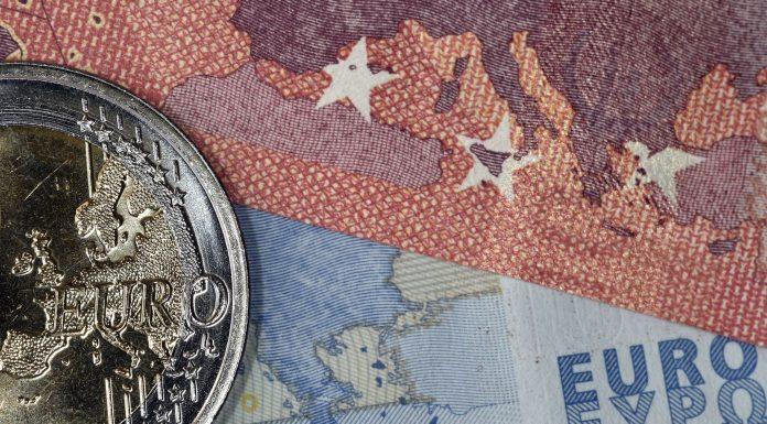 Euro Diprediksi Masih Melemah
